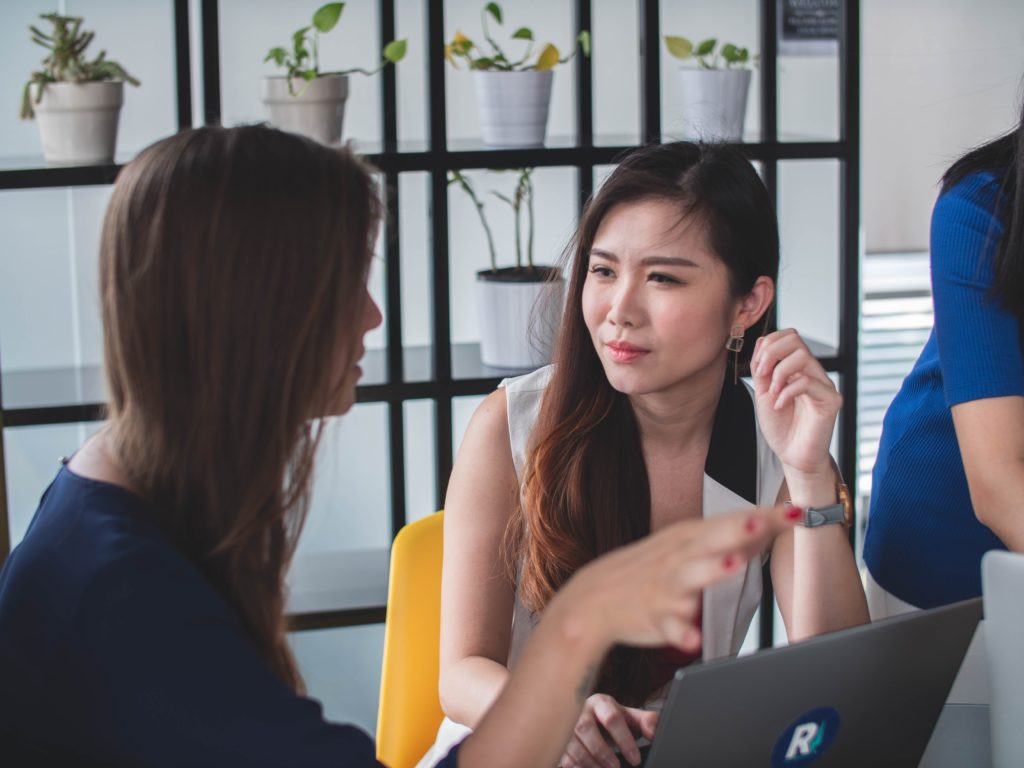 women-talking_troubleshooting